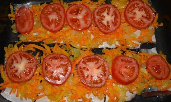 Выкладываем пережаренные овощи и помидоры