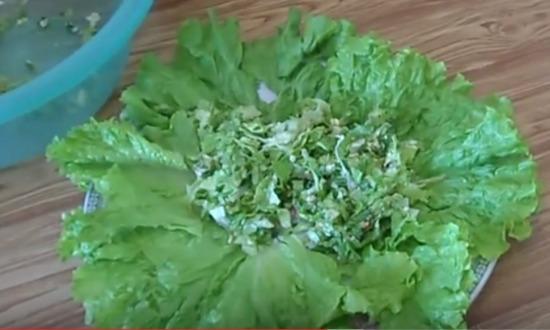 выкладываем зелень на блюдо
