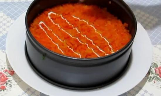 слой моркови смазываем майонезом