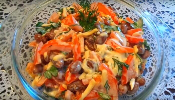 Салат с фасолью, колбасой и помидорами