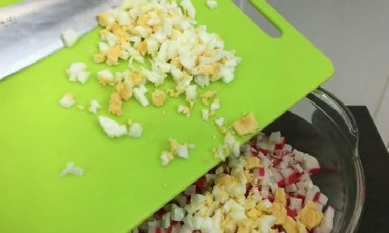нарезка крабовых палочек, яиц