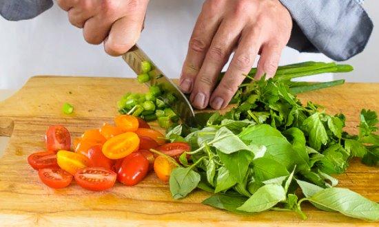 Режем зелень и помидоры