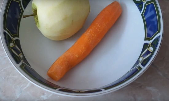 чистим яблоко, морковь