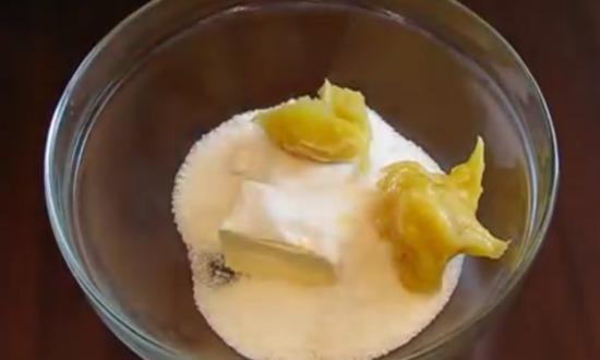 В металлической емкости соединяем сливочное масло, песок и мед