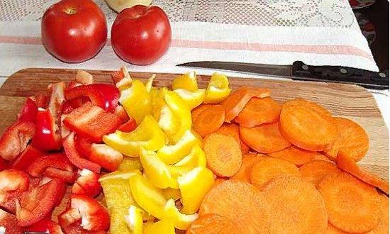 Режем перец и морковь