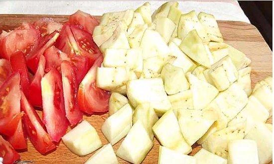 Режем баклажаны и помидоры