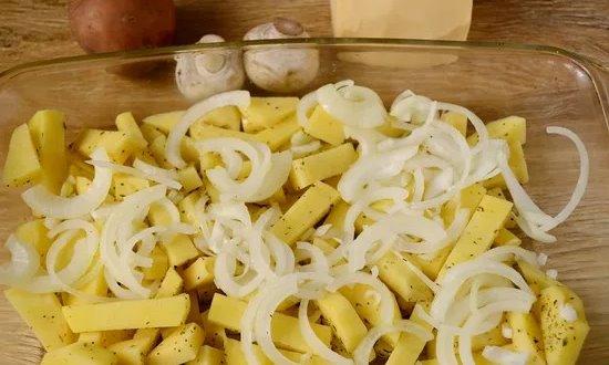 Картофель выкладываем на противень сверху лук