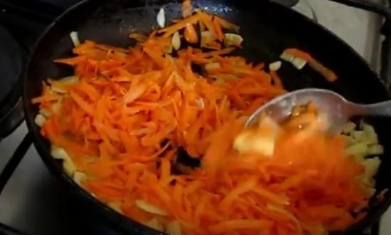 обжариваем морковку и лук