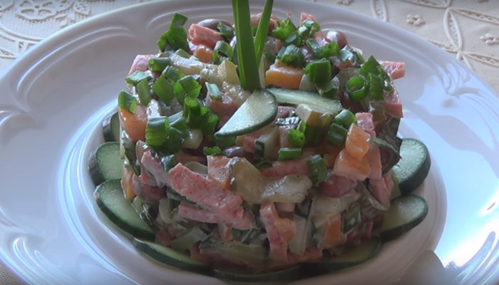 Салат с фасолью, колбасой и огурцом
