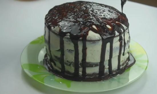 поливаем торт глазурью