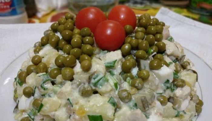 Салат оливье с курицей и солёными огурцами