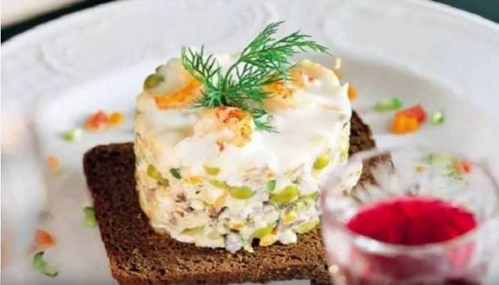 Зимний салат с копчёной курицей и креветками