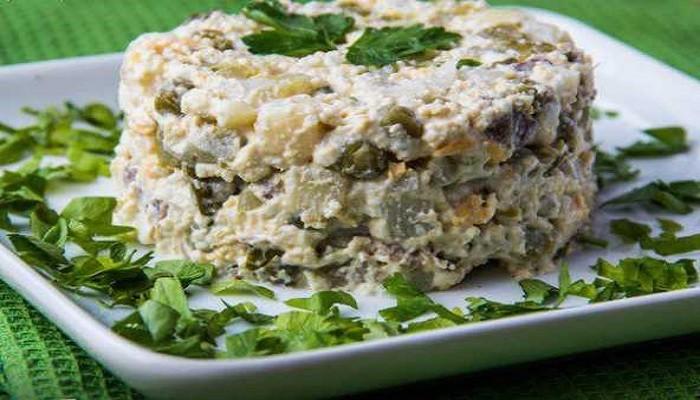 салат оливье с куриной грудкой и грибами