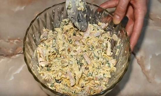 перемешать салат в миске