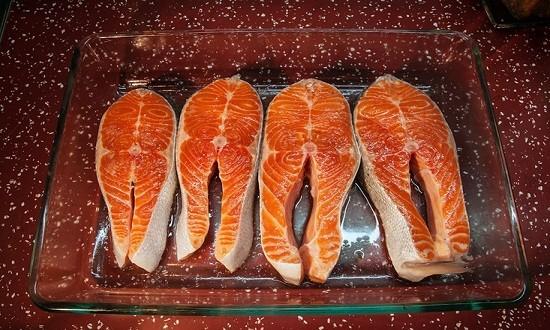 посолить рыбные кусочки