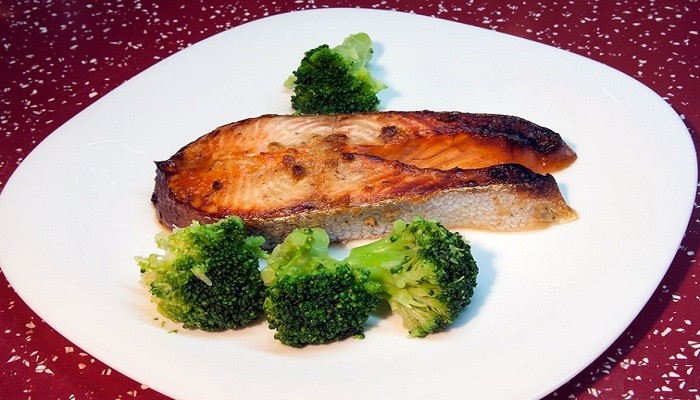 Форель запеченная в горчично-медовом соусе с брокколи