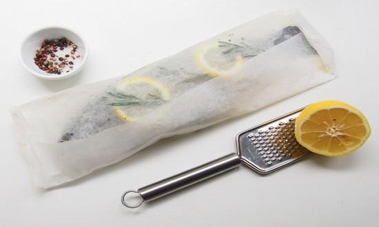 добавить лимон, завернуть в пергамент