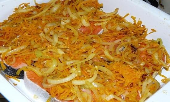 переложить овощи на рыбу