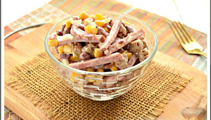 Салат с колбасой, кукурузой, фасолью и сухарями