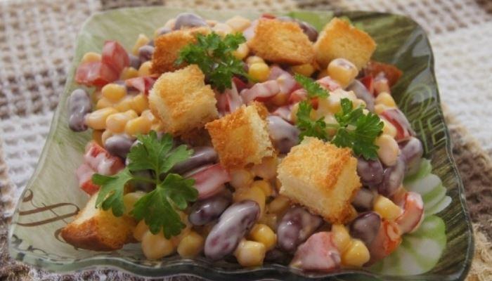 Салат с фасолью колбасой и помидорами