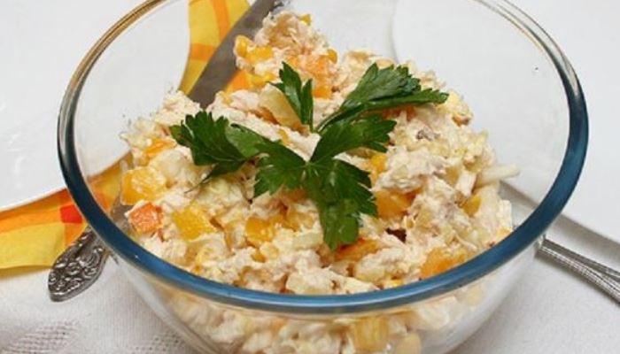 Салат с фасолью, сухарями, кукурузой и сыром