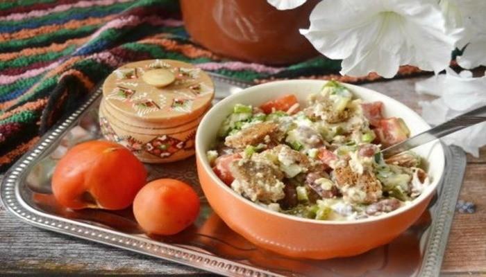 Салат с фасолью помидорами и сыром