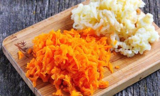 натёртые морковь и картофель
