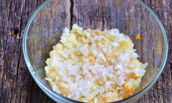 слои картофеля и лука