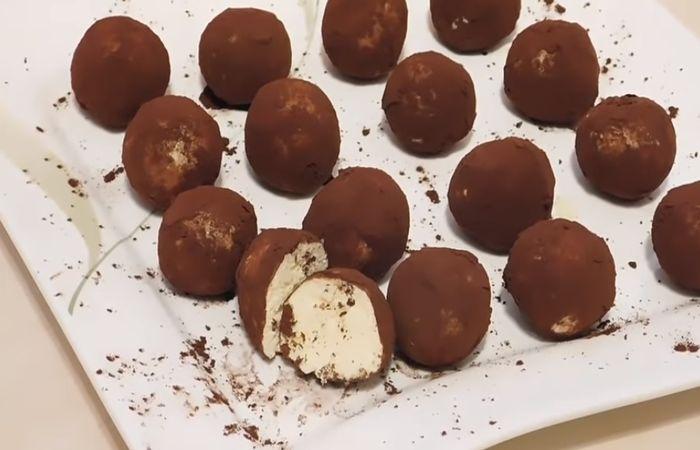 обваливаем шарики в какао