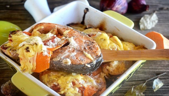 Лосось, запеченный с картофелем и овощами
