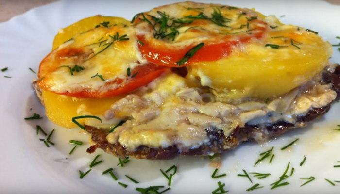 мясо по-французски с помидорами и грибами