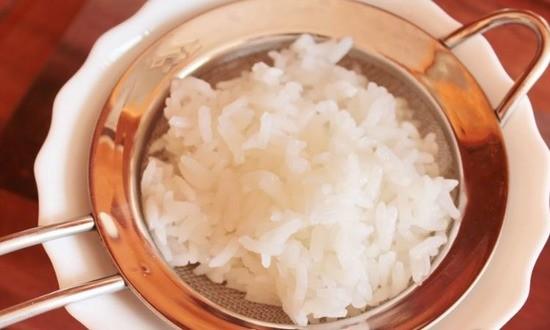 Рис промываем водой, далее отвариваем
