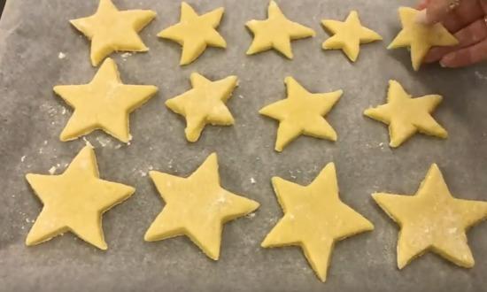 вырезаем печенье в виде звезд
