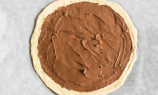 смазали корж шоколадной пастой