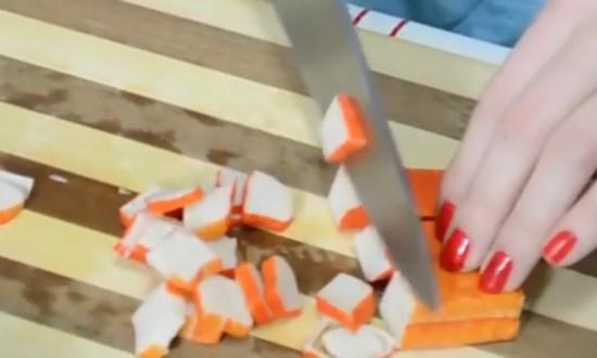 нарезаем крабовые палочки