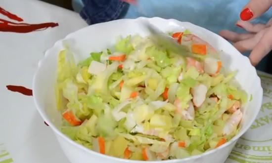 перемешиваем все компоненты салата, без соуса