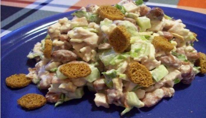 Сладкий салат с фасолью и сухарями