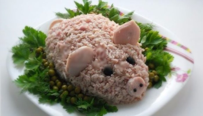 """Салат новогодний """"Свинка Нептуна"""" с рисом и красными овощами"""