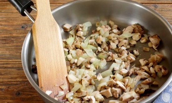 Обжариваем лук с грибами