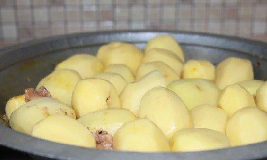 Выкладываем в тажин картофель