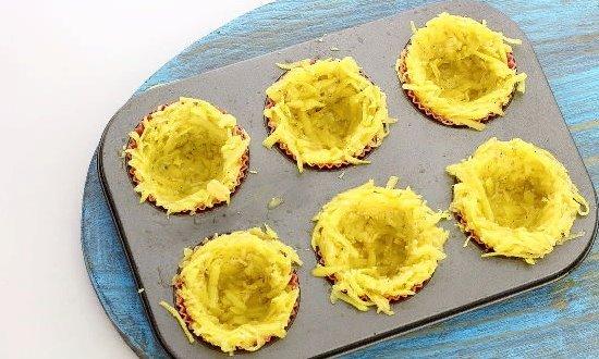 Раскладываем картофель в форму для кексов