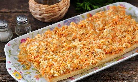 Промазываем корж морковной массой