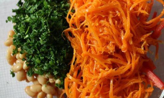 смешиваем фасоль морковь и зелень