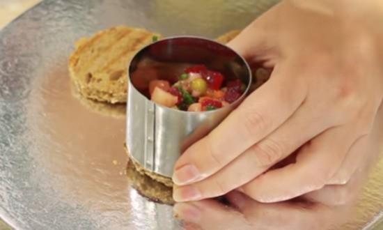 формируем салат на гренках