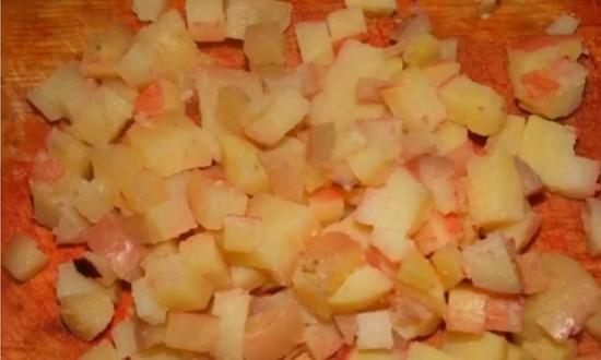 нарезали вареный картофель
