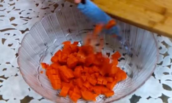 нарезали морковь
