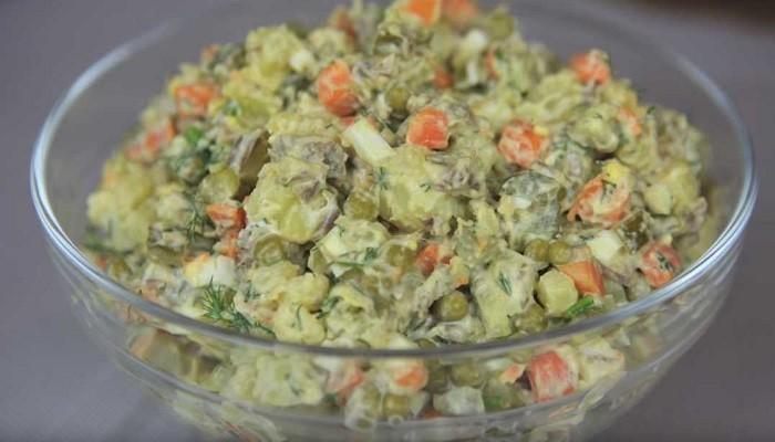 Традиционный салат Оливье с мясом