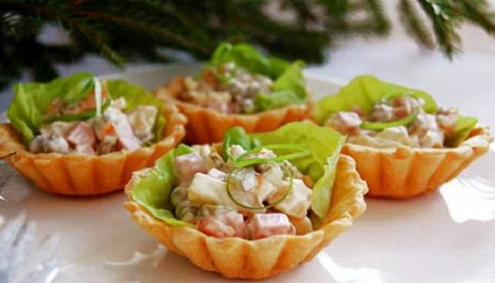 салат Оливье с мясом, солёными огурцами - порционно