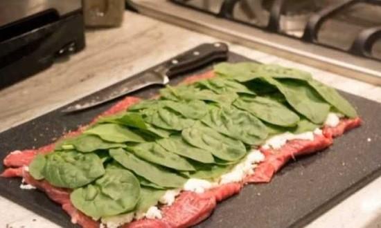 положить шпинат сыр на мясо