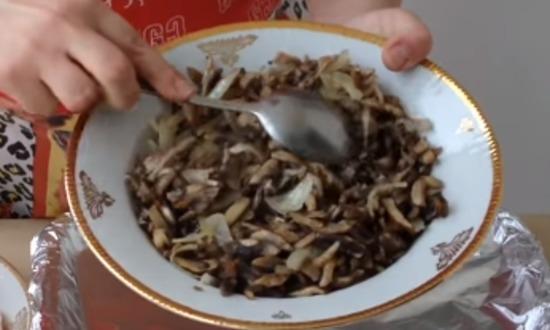 обжарили грибы с луком
